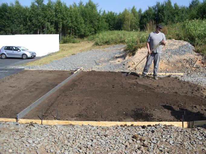 Nanieść ok. 4 cm warstwę mieszanki piasku kwarcowego i ziemi