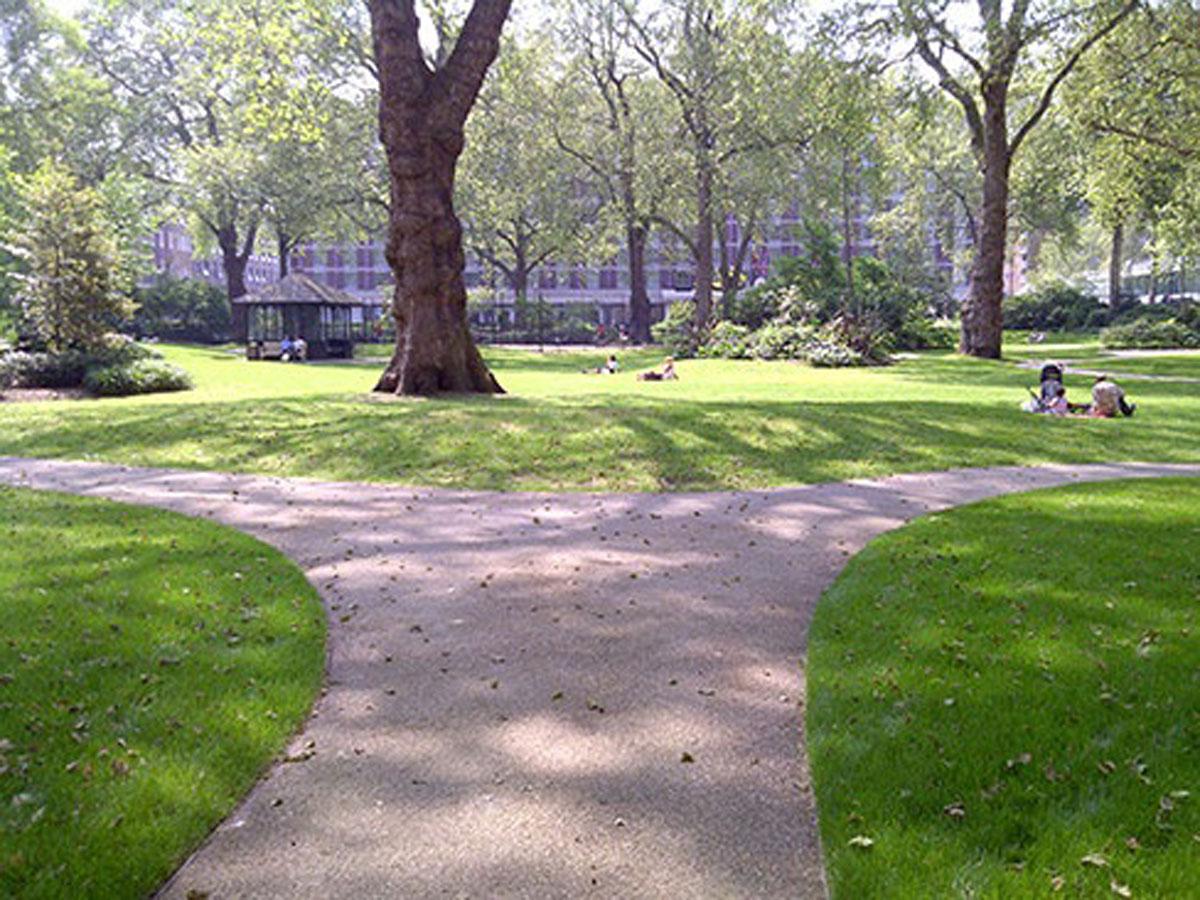 ścieżki w parkach i w skwerach miejskich