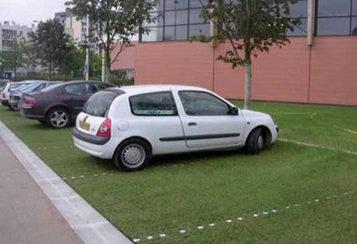 Zazielenione trawą miejsca postojowe dla samochodów połączone z dojazdami betonowymi lub asfaltowymi spełniają funkcję decentralnego sytemu przesiąkania wody