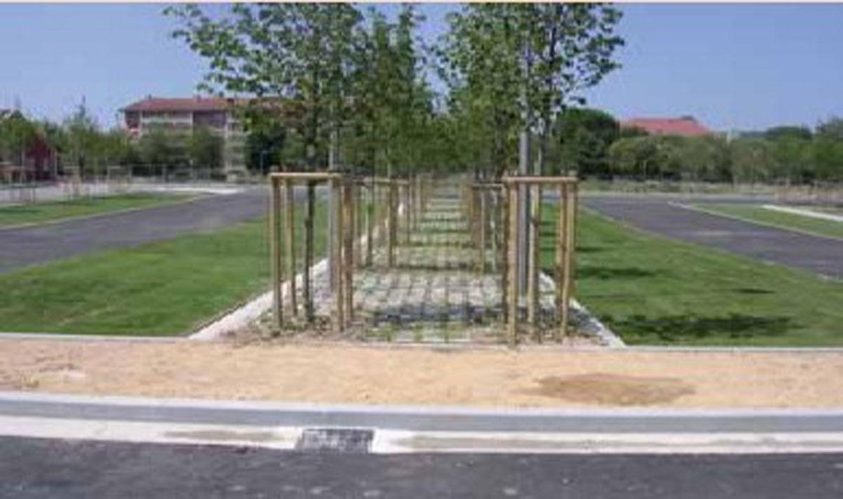 Przyjazny dla środowiska parking -interesujące połączenie kratek trawnikowych EcoRaster i Ecogreen z afaltem oraz kostką brukową.