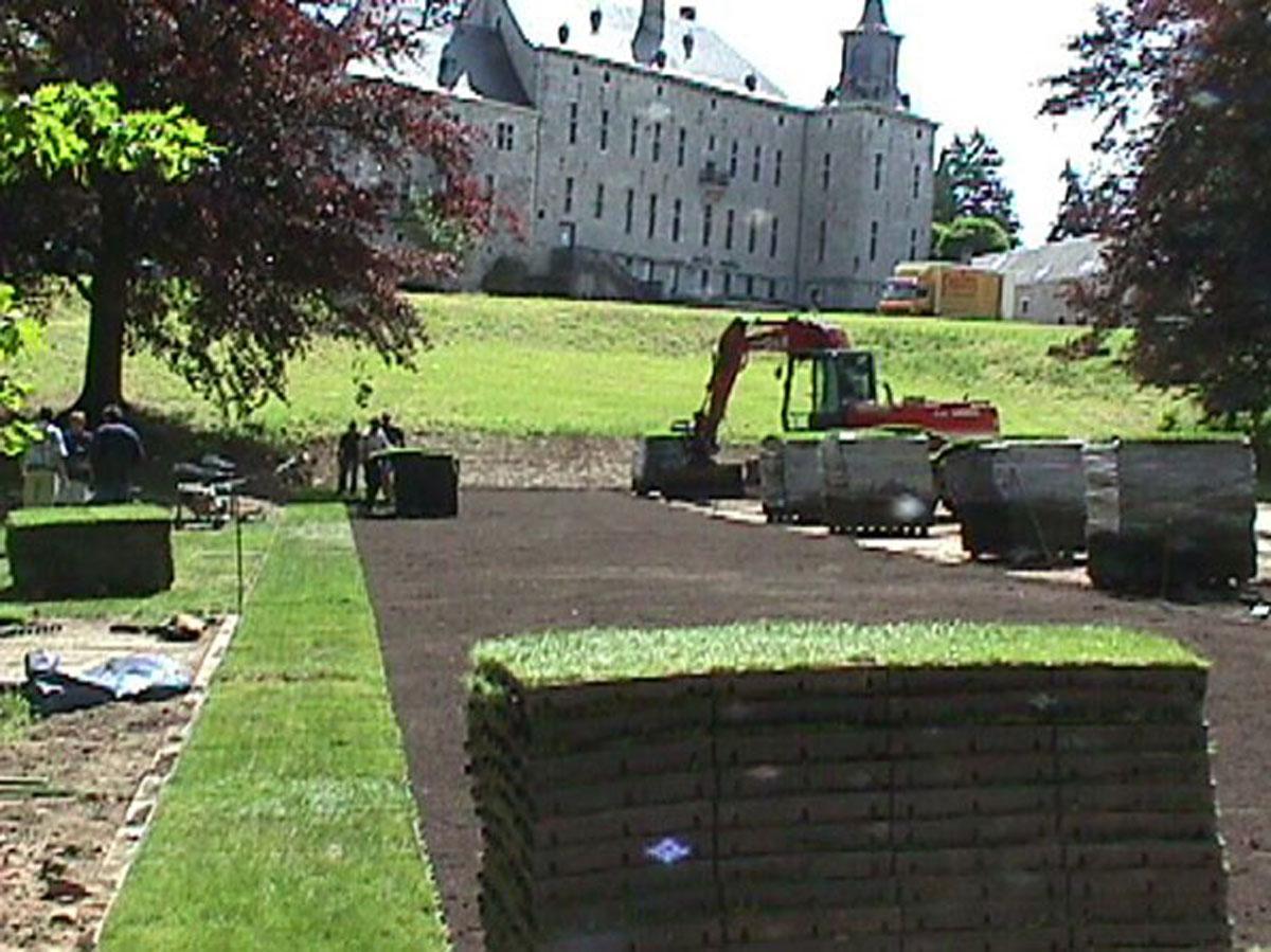 Kratki trawnikowe są rozkładane na przygotowanej wcześniej nawierzchni.