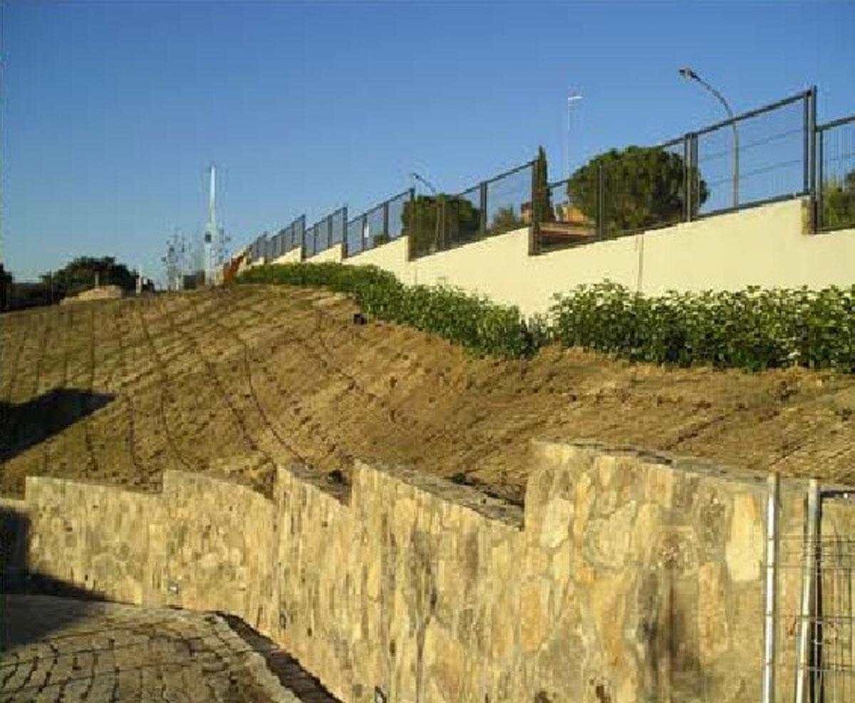 Umocnienie pochyłych terenów również niezwykle trudnych powierzchni za pomocą EcoRaster